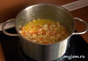 Добавляем картофель в суп