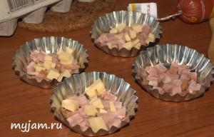 Сыр и ветчина в формочках для выпекания