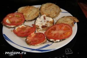 Намазываем на баклажан майонез и укладываем помидорку