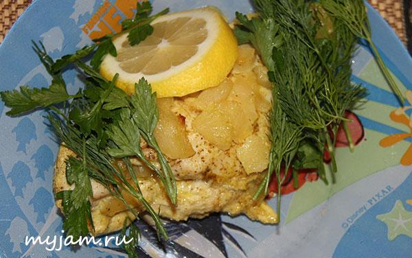 Куриная грудка с ананасом, лимоном и зеленью