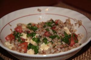 гречка с помидорами, сыром и зеленью