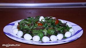 вкусный салат с руколой на блюде
