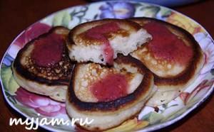 кефирные оладьи с вареньем