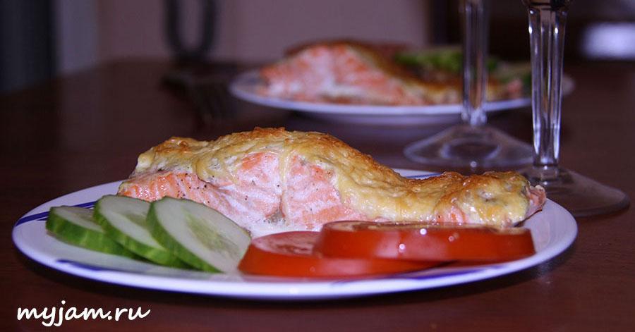 Фотография готового филе под сыром на тарелке