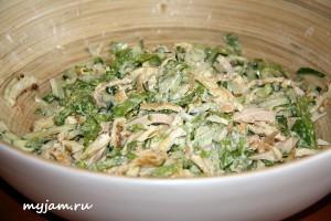 салат с курицей и омлетной лентой