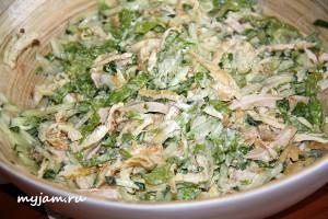 салат с омлетной лентой и курицей