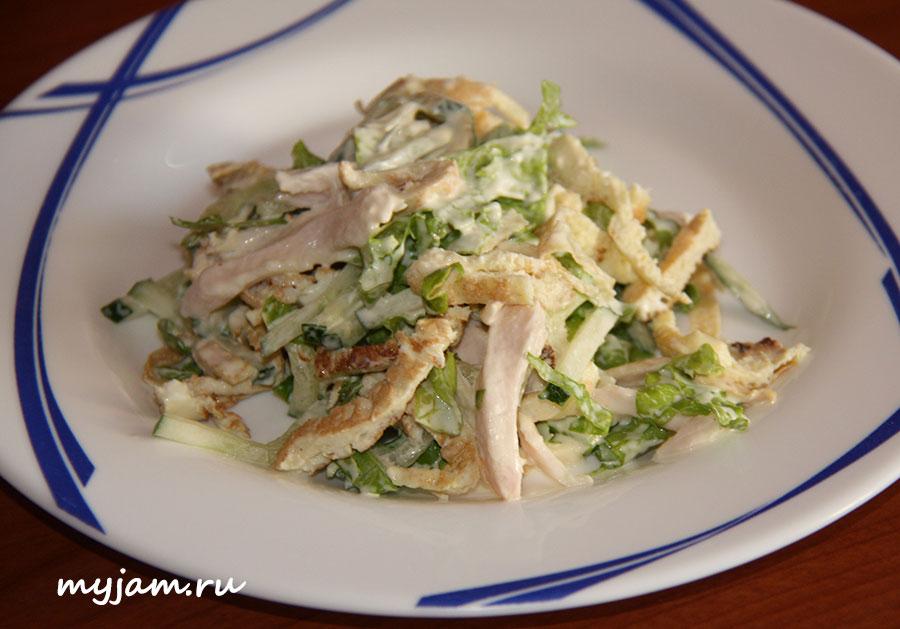 салат с омлетной лентой на тарелке