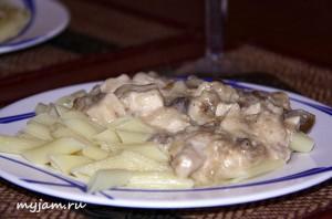 курица в сливочном соусе и макароны