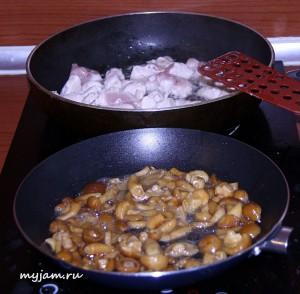 обжариваем курицу и грибы
