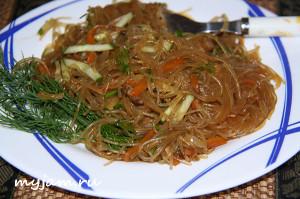 Салат с фунчозой и мясом