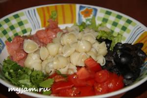 итальянский салат с макаронами и форелью