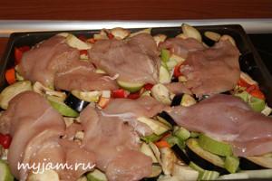 Куриное филе на овощах