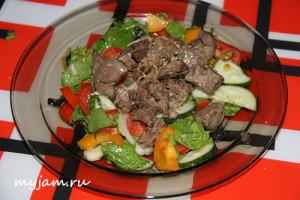 Салат с куриной печенью и свежими овощами
